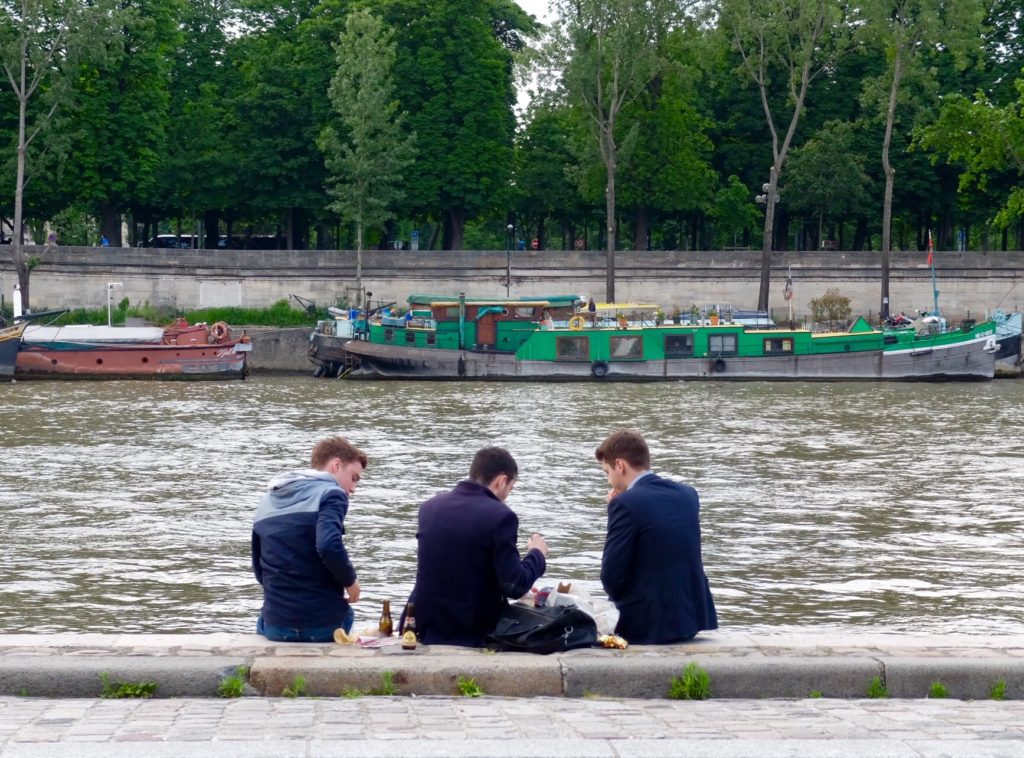 picnicking on les berges